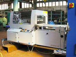 Progettato per velocizzare ulteriormente la consegna del prodotto, questo macchinario piega e imbusta automaticamente la documentazione di accompagnamento, pronta per essere inserita nell'imballaggio.